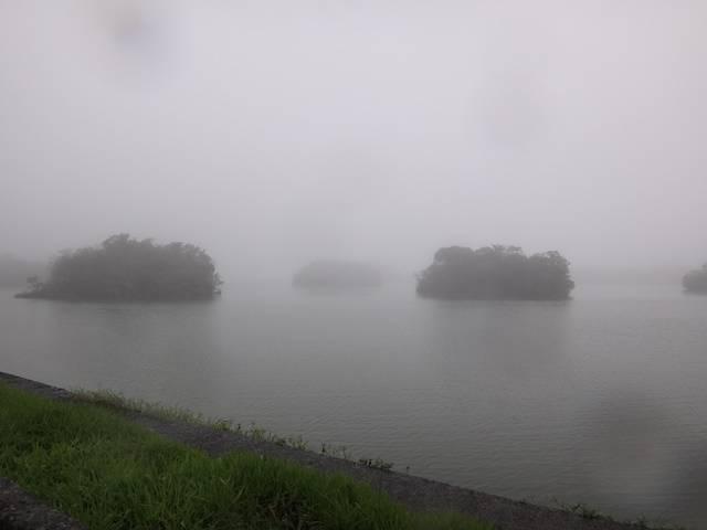 Início da caminhada sob forte chuva e neblina.
