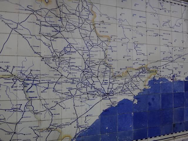 Azulejos pintados com o mapa das estradas da época.