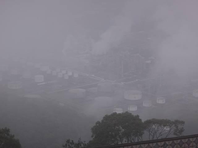 Terminal da Transpetro encoberto pela neblina.