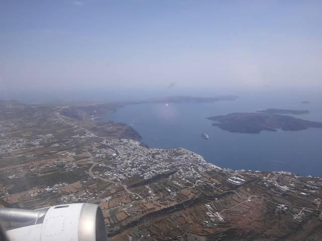 Sobrevoando Santorini, Grécia.