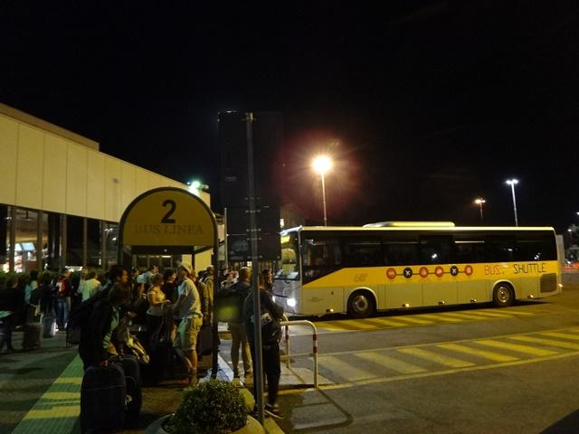 Ponto do ônibus que leva do aeroporto de Ciampino à estação de trens.