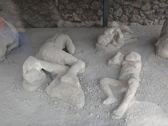 Pompeia: corpos petrificados (réplicas) pelas cinzas do Vesúvio