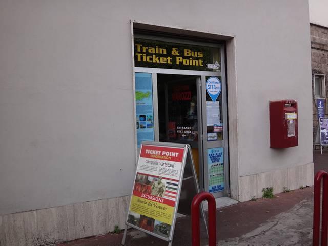 Ponto de venda de passagens de ônibus, ao lado da estação de trens de Sorrento.