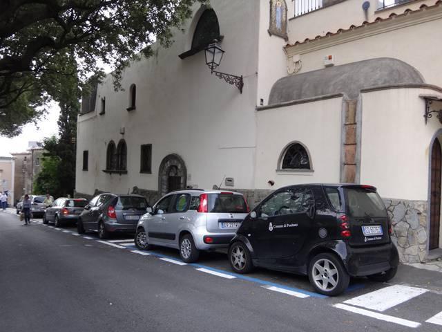 Se estiver de carro, prepare a paciência, pois as vagas de estacionamento são poucas na cidade.