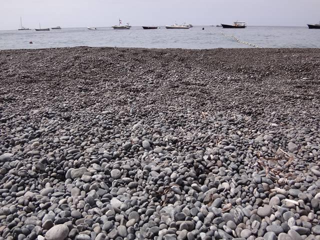 A praia é formada por uma camada de pedras ao invés de areia.