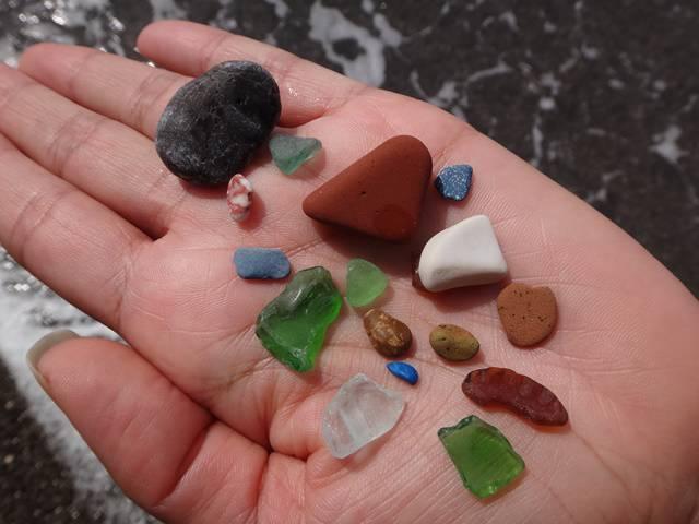 No meio das pedras escuras, algumas pedrinhas coloridas.