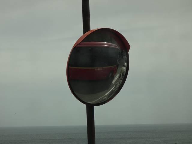 Espelhos convexos nas curvas da estrada da Costa Amalfitana.