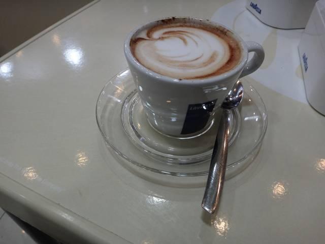 Café da manhã no Binario Zero, em Roma: cappuccino.