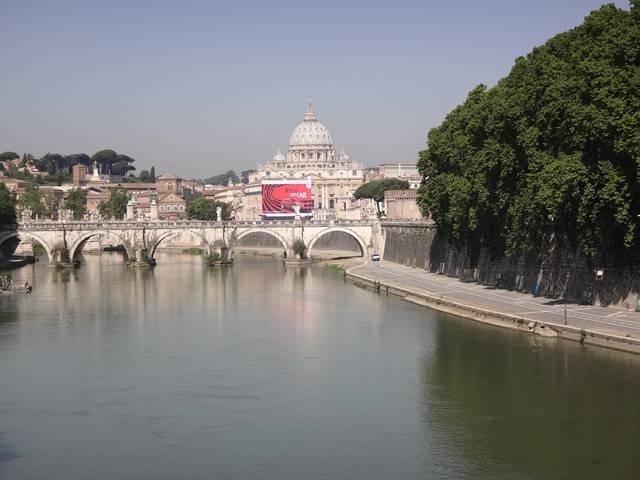 Roma: Rio Tibre com a Igreja de São Pedro (Vaticano) ao fundo.
