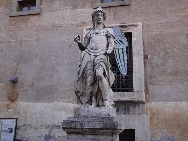 Arcanjo Miguel no pátio do castelo.