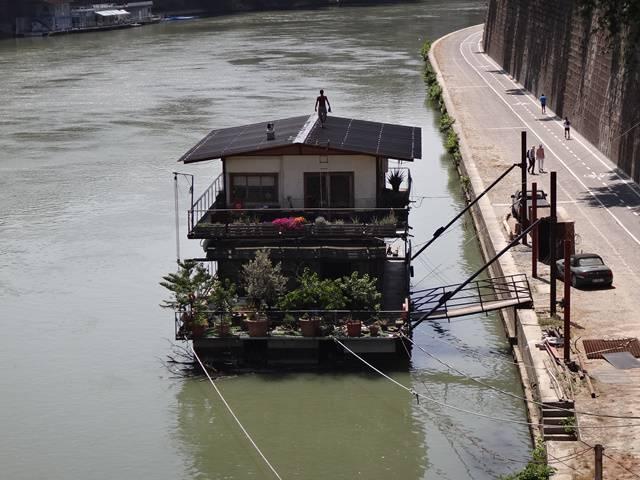 Que tal morar numa casa flutuante no Rio Tibre?