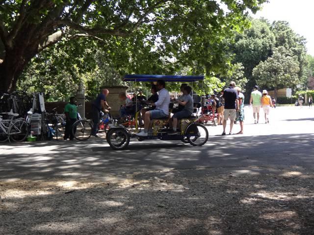 Carrinhos, bicicletas, triciclos, segways... tudo para alugar.