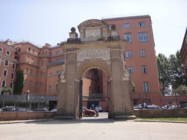 Uma das muitas entradas da Villa Borghese.