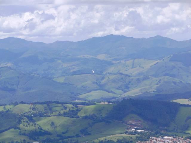 O pontinho branco no centro da foto é a Cachoeira dos Pretos em Joanópolis