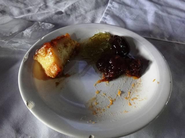 Sobremesa: pudim, doce de mamão, doce de banana, doce de chocolate e doce de abóbora que comi antes de tirar a foto