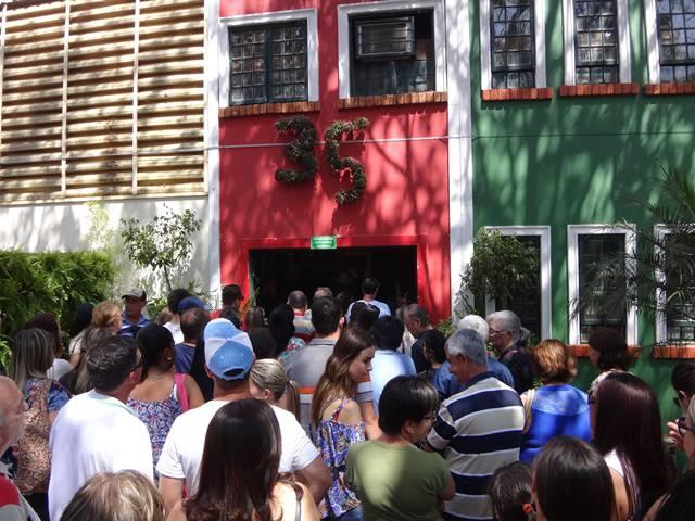 Visitantes na entrada da Exposição de Arranjos Florais.