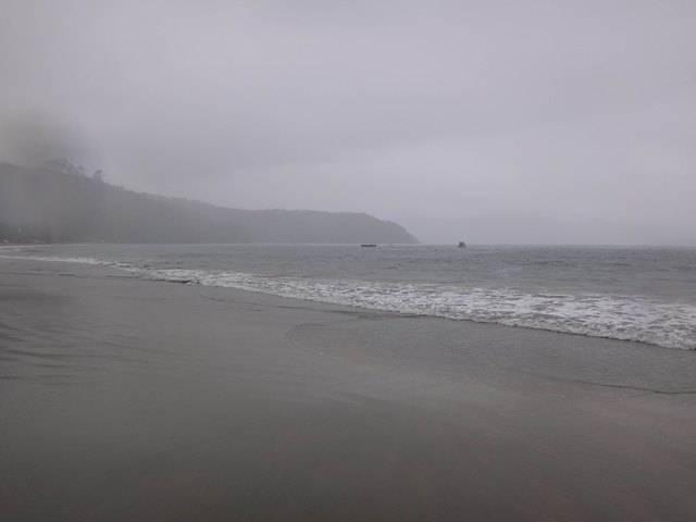 A chuva fria não deixou ninguém curtir a última praia da travessia.