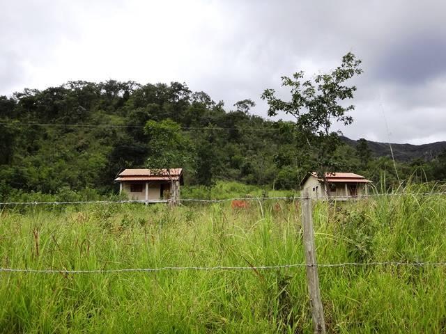 Chalezinhos à esquerda, bem em frente ao acesso para a Cachoeira do Quilombo.