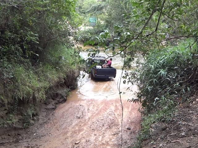 Eu não arriscaria essa travessia de carro, independente do nível do rio.